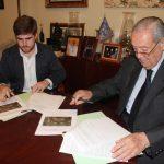 Firma contrato Intervencion Murales Macarena Carlos Peñuela